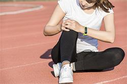 膝に痛みが走る女性