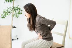 股関節痛に悩む女性
